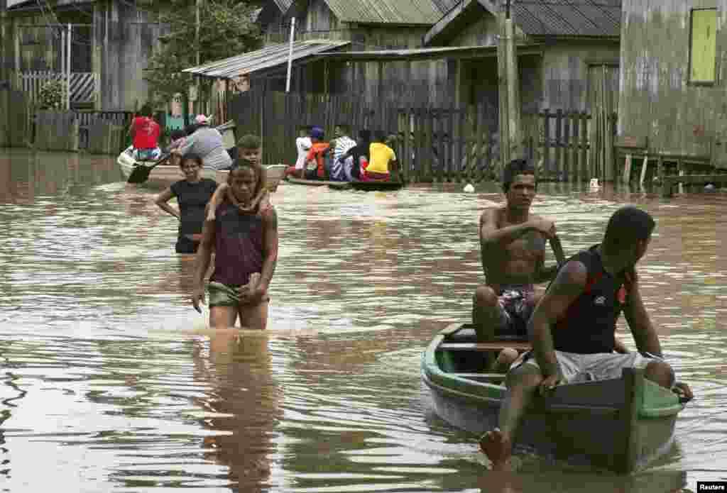 ریو شہر کی گلیوں میں سیلابی پانی کے باعث لوگ آمد و رفت کے لیے کشتیوں کو استعمال کر رہے ہیں۔