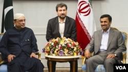 Presiden Pakistan Asif Ali Zardari bertemu Presiden Iran Mahmoud Ahmedinejad di Teheran (24/6).