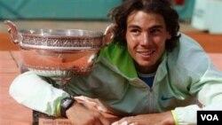 Petenis Spanyol Rafael Nadal menjuarai turnamen Perancis Terbuka tahun lalu. Ia mendapat hadiah uang sebesar 1,4 juta dolar, yang tahun ini akan naik menjadi 1,7 juta dolar.