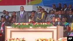 Rais Joseph Kabila akiwa amesimama kutoa heshima kwa gwaride la jeshi wakati wa sherehe za kuapishwa kwake kwa mhula wa pili mjini Kinshasa, Disemba 20 2011