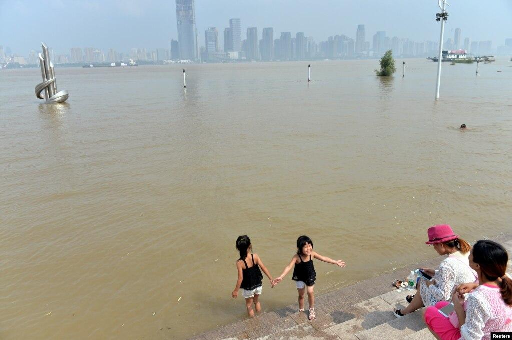 湖北武汉,长江涨水,水漫河岸(2017年7月3日)