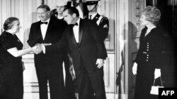 گلدا مئیر، نخست وزیر وقت اسرائیل، هنگام ورود به کاخ سفید مورد استقبال ریچارد نیکسون، رئیس جمهوری وقت ایالات متحده، و بانوی اول آمریکا قرار می گیرد. ۲۴ اکتبر ۱۹۷۰