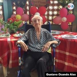 El gobierno en disputa de Maduro, con la ayuda de médicos cubanos, ha aplicado antivirales a centenares de ancianos en casas hogar de toda Venezuela.