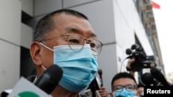 """因參加一個反政府的""""非法集會""""而被警方逮捕的香港壹傳媒創辦人黎智英2020年2月28日離開香港警察局時接受媒體採訪。資料照。"""