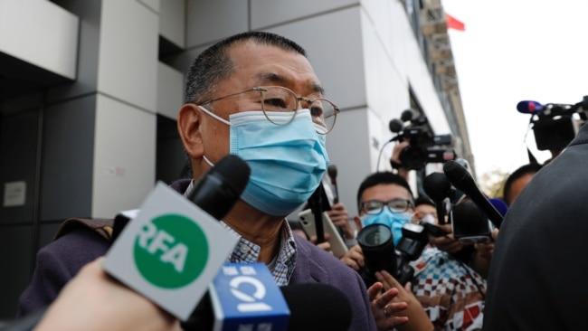 """因参加一个反政府的""""非法集会""""而被警方逮捕的香港壹传媒创办人黎智英2020年2月28日离开香港警察局时接受媒体采访。资料照。"""