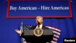 """Prezident Donald Tramp """"Amerika mahsulotini sotib ol, amerikaliklarni ishga yolla"""" shiori ostida nutq so'zlamoqda. Kenosha, Viskonsin, 18-aprel, 2017."""
