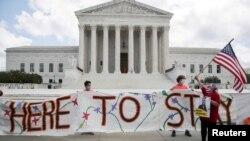 Una manifestación de beneficiarios del DACA tiene lugar frente a la Corte Suprema de Justicia de EE.UU. el 18 de junio de 2020.