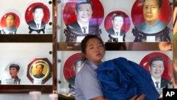 北京一个礼品摊上,习近平和毛泽东的纪念盘并列(2014年6月4日)