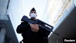 Озброєний службовець французької поліції на варті під будівлею суду у день початку процесу у справі нападів на журнал Charlie Hebdo 2015 року. Париж 2 вересня 2020 р.