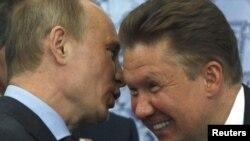 Президент Росії Володимир Путін (ліворуч) та голова правління російського «Газпрому» Олексій Міллер