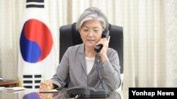 서울에 있는 한국 외교부 청사에서 21일 강경화 장관이 기시다 후미오 일본 외무상과 통화하고 있다.