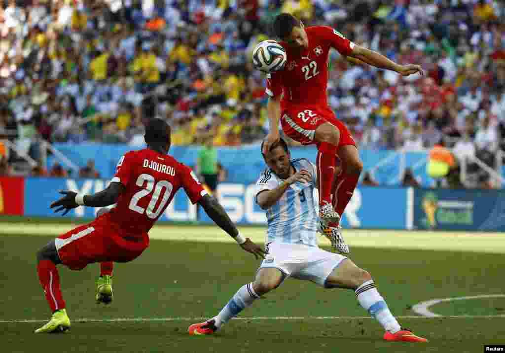 برازیل فٹ بال ورلڈ کپ کے ناک اوٹ مرحلے میں ارجنٹینا اور سوئٹزرلینڈ کے ٹیمیں مدّ مقابل ہوئیں