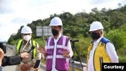 Presiden Jokowi meninjau akses sodetan jalan menuju ibu kota negara baru di jalan Balikpapan-Samarinda km 14, Selasa (24/8) (Biro Setpres)