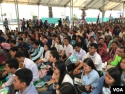 More than 1,000 people from various communities attend the 28th anniversary of signing of the Paris Peace Agreement, in Phnom Penh, Cambodia, on Oct. 23, 2019. (Hul Reaksmey/VOA Khmer)