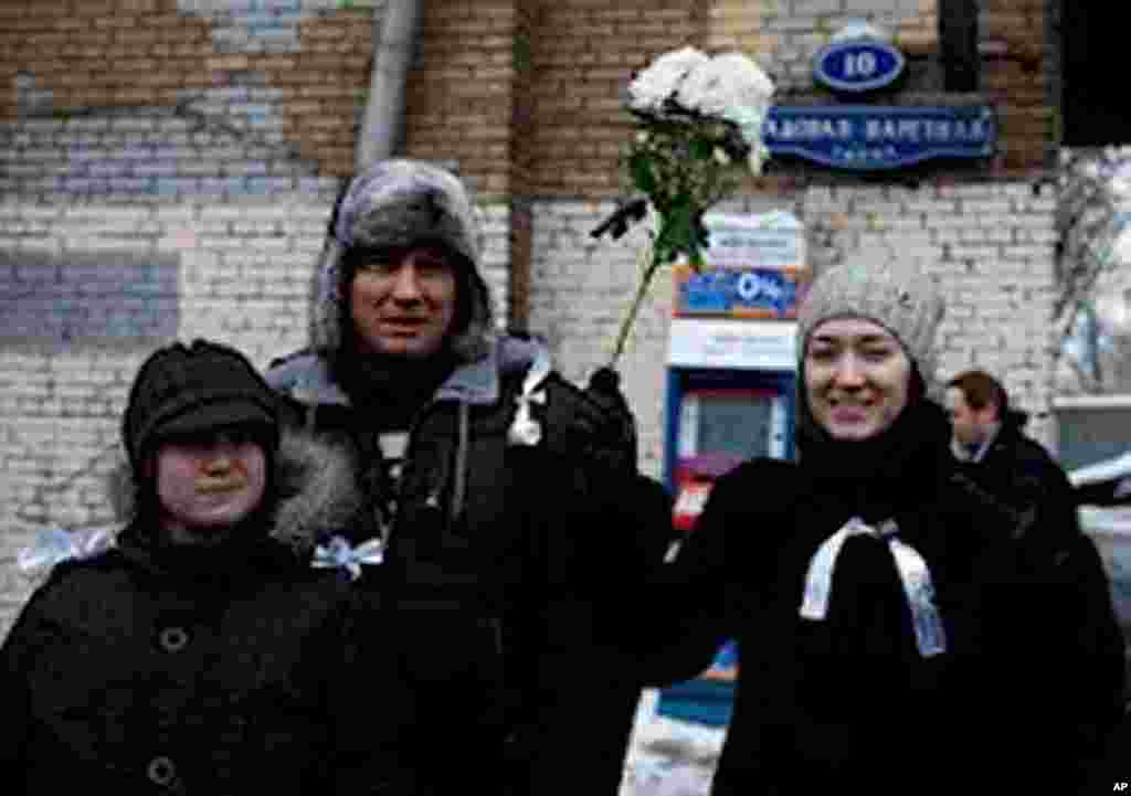 Protesters wore white ribbons and waved white flowers, both symbols of peaceful protest, Moscow, February 26, 2012. (VOA - Y. Weeks)
