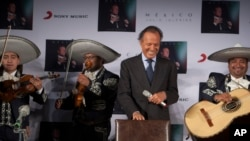 "FILE - Mariachis perform the ""Las mañanitas"" birthday song for Spain's Julio Iglesias at a press conference in Mexico City, Wednesday, Sept. 23, 2015. (AP Photo/Christian Palma)"