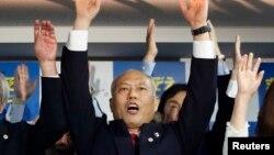 마스조에 요이치 전 일본 후생노동상이 9일 도쿄에서 열린 도지사 선거에서 승리가 확정된 후 지지자들과 함께 '만세'를 외치고 있다.