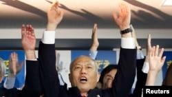 "Mantan Menteri Kesehatan Jepang Yoichi Masuzoe meneriakkan kata ""Banzai"" setelah dinyatakan unggul dalam pemilihan gubernur Tokyo (9/2). (Reuters/Yuya Shino)"