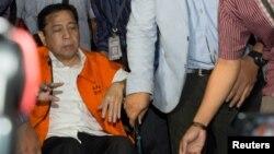 Chủ tịch Quốc hội Indonesia, Setya Novanto, được đưa từ bệnh viên đến trại giam trong chiếc áo tù màu cam.