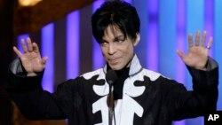 Penyanyi AS, Prince atau Prince Rogers Nelson saat menerima penghargaan NAACP Image Awards, 2 Maret tahun 2007 di Los Angeles (foto: dok).