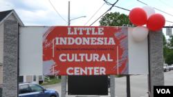 "Papan nama ""Little Indonesia"" terpampang di kota Sommersworth, New Hampshire. (Foto: VOA)"