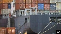 天津港的集装箱船。中国外贸有大量顺差
