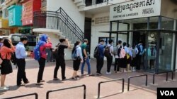 Students line up to get their body temperature checked and hands sanitized at French Institute of Cambodia in Phnom Penh before the institute announces on its Facebook page that it would close temporarily starting from 8pm, Monday, March 16th, 2020. (Nem Sopheakpanha/VOA Khmer)