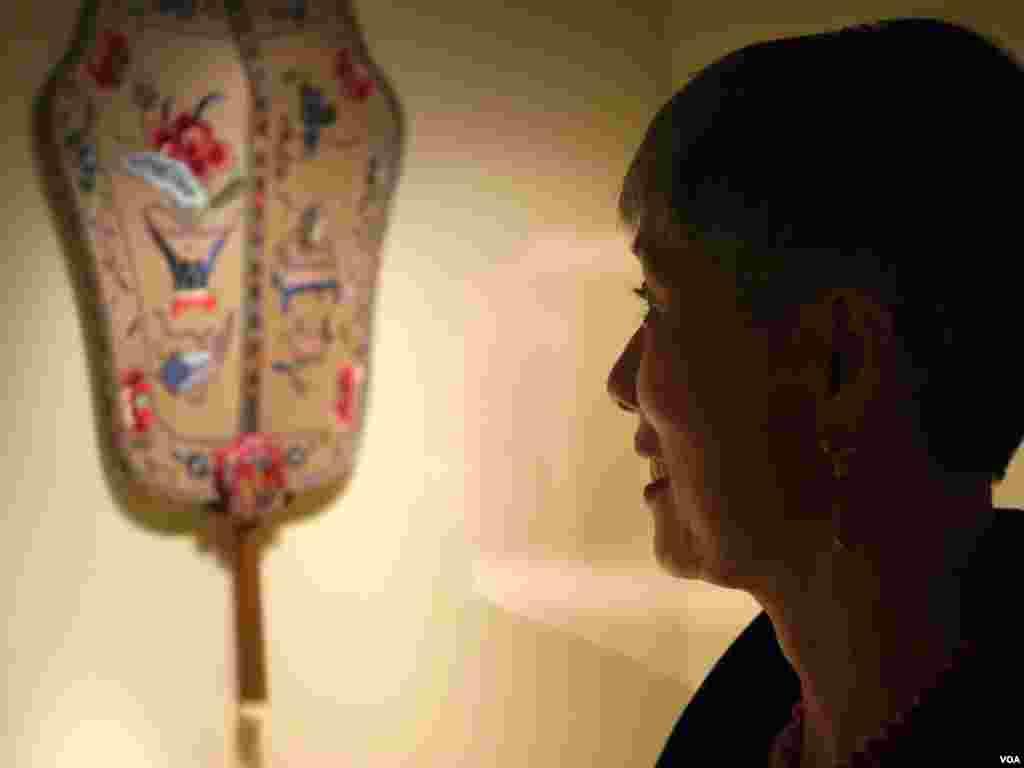 宝尔博物馆董事长施刘秀枝是遴选文物代表之一(美国之音国符拍摄)