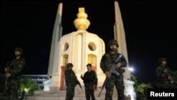 2014年5月22日军方宣布泰国政变后军人迅速占领了曼谷的民主纪念碑