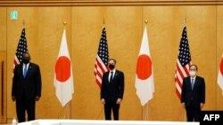 Kryeministri japonez Yoshihide Suga (djathtas) përkrah Sekretarit amerikan të Shtetit Antony Blinken dhe Sekretarit të Mbrojtjes Lloyd Austin