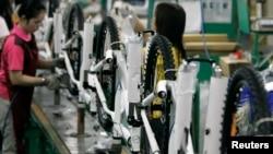 世界最大單車製造商台灣捷安特公司的工人在台中的一條單車裝配線上。(2008年4月)