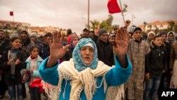 Les Marocains scandent des slogans lors d'une protestation contre la mort de deux frères dans une mine de charbon abandonnée dans la ville de Jerada, au nord-est, à 60 kilomètres au sud-ouest d'Oujda, le 27 décembre 2017.