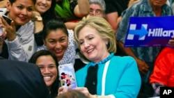 美國民主黨總統參選人希拉里·克林頓在加州一所大學與支持她的西語裔自拍。