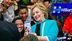 هیلاری کلینتون با یکی از حامیانش سلفی می گیرد.