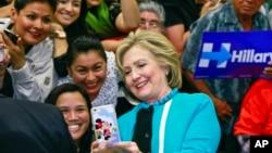 Hillary Clinton es la favorita entre los votantes hispanos de California, pero Sanders atrae más a los jóvenes.
