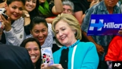 Kandidat Capres AS Hillary Clinton mengambil selfie bersama warga Hispanik di Los Angeles, California (foto: dok). Mayoritas orang Amerika tidak senang dengan pemilihan presiden tahun ini.