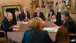 Ruski predsednik Vladimir Putin razgovara sa ukrajinskim kolegom Petrom Porošenkom u prisustvu nemačke kancelarke Angele Merkel i francuskog predsednika Fransoa Olanda u Milanu