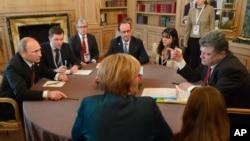 星期五普京(左)和烏克蘭總統波羅申科(右)以及其他歐洲領導人舉行早餐會談。