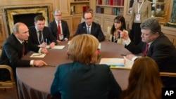 Presiden Rusia Vladimir Putin (kiri) saat melakukan pembicaraan dengan Presiden Ukraina Petro Poroshenko yang dihadiri beberapa pemimpin Eropa di Milan, Italia (17/10).