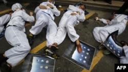 Kineski studenti u Hongkongu izvode performans u znak protesta zbog uslova pod kojima kineski radnici rade u fabrikama Fokskona