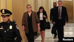 Američka diplomatkinja Ketrin Kroft, koja je bila zamenica specijalnom izaslaniku za Ukrajinu Kurtu Volkeru u Kongresu, pred svedočenje u istrazi Trampovog opoziva (Foto: Reuters/Siphiwe Sibeko)