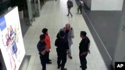 日本富士電視台提供的金正男遇害後向吉隆坡機場安全人員求助的視頻截圖(2017年2月13日)