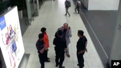 Gambar CCTV bandara yang didistribusikan oleh Fuji Television, Kim Jong-nam, saudara tiri pemimpin Korea Utara, Kim Jong-un, yang diasingkan membuat gerakan ke arah mukanya ketika berbicara pada keamanan bandara dan para petugas di Bandara Internasional Kuala Lumpur Malaysia. (foto: Fuji Television via AP)
