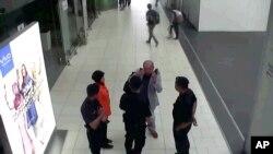 جاپان کے ایک ٹی وی پر کوالالمپور ایئرپورٹ کی 13 فروری کی فوٹیج دکھائی گئی جس میں کم جونگ نام سکیورٹی اہلکاروں سے بات کر رہے ہیں۔