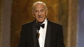 Jack Klugman habla durante la 62 Ceremonia de los premios Tony. El actor murió el 24 de diciembre, a la edad de 90 años.