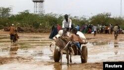 صومالی پناہ گزین سرحد عبور کرکے کینیا میں داخل ہورہے ہیں۔ 19 اکتوبر 2012