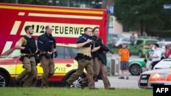 2016年7月22日慕尼黑大批警察在枪击发生地点附近警戒。
