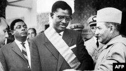 Le roi du Maroc Mohamed V remet le Grand Cordon de l'Ordre du Trône au Premier Ministre du Congo Patrice Lumumba le 8 août 1960 durant sa visite officielle au Maroc. / AFP PHOTO