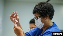 19 Şubat 2021 - Yeni Zelanda'da bir sağlık çalışanı Pfizer-BioNTech aşısını hazırlarken