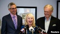 Shelly Sterling, Steve Ballmer y sus abogados anucian la venta de Los Angeles Clippers en una rueda de prensa.
